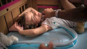 Nie ohne Beatmungsgerät: Wenn Eva schläft, hört sie auf zu atmen.