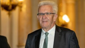 Grünen-Politiker Kretschmann kommt mit Helikopter zur Wanderung