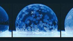 Seifenblasen gefrieren nach dem Schneekugeleffekt