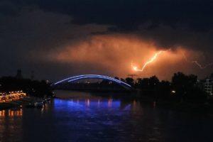 Wetter im Newsblog: Unwetter überfluten Straßen in Niedersachsen